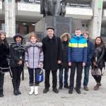 Команда УФМЛ поблизу театра ім. Мухтара Оуезова -- місце проведення урочистої процедури відкриття та закриття олімпіади.